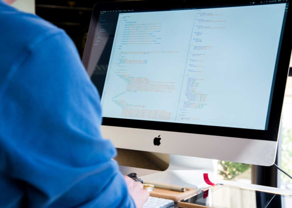 Entwickler, der an einem iMac arbeitet.